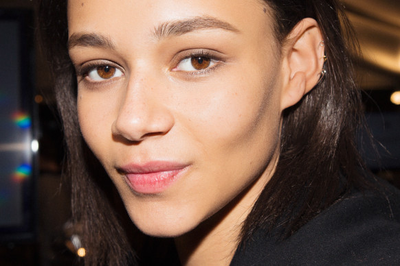 tommy-hilfiger-pat-mcgrath-backstage-beauty-fall-2015-1-582x388 (1)
